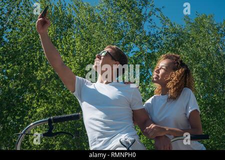 Una coppia di amici un ragazzo e una ragazza prendere un selfie su una passeggiata Immagini Stock