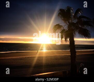 Tramonto in costa dell'Oceano Atlantico in Chipiona, Cadice, Andalusia, Spagna. Immagini Stock