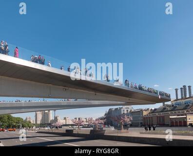 Mosca - Giugno 25, 2018: Zaryadye Park vista stupefacente del bilico ponte sopra fiume Moskva Immagini Stock