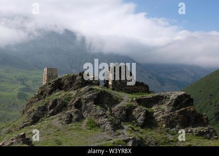Rovine di Fiagdon borgo montano Kurtatinskoe gorge situato nella Repubblica del Nord Ossetia-Alania nel Nord Caucaso Distretto federale della Russia. Immagini Stock