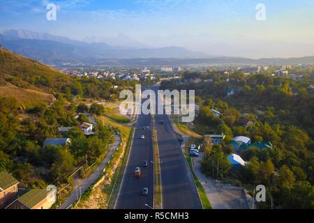 Il Kazakistan, Almaty, vista di Almaty da Kok-Tobe funivia Immagini Stock