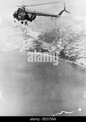 Il bulgaro paracadutisti saltare fuori di un elicottero Immagini Stock