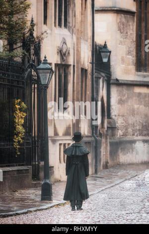 Un uomo in stile vittoriano è camminare lungo un vicolo in Oxford, Inghilterra Immagini Stock