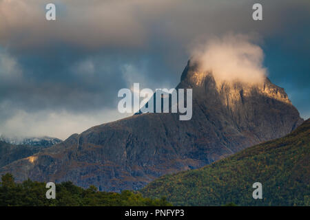 Luce della Sera sulla montagna Romsdalshorn, 1550 m, nella valle Romsdalen, Møre og Romsdal, Norvegia. Credito: Oyvind Martinsen/ Alamy Live News Immagini Stock