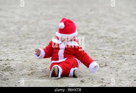 Inseguire il pudding è a 5 km di corsa lungo la spiaggia di Weymouth vestiti da Babbo Natale e a caccia di un budino di Natale e la raccolta di fondi per il popolare di beneficenza locale la volontà Mackaness fiducia. Credito: Finnbarr Webster/Alamy Live News Immagini Stock