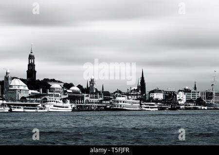 Il porto di Amburgo con barche e navi a vela in Amburgo. Immagini Stock