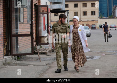 Un paio di passeggiate a Grozny la capitale della Cecenia ufficialmente la Repubblica cecena nel Nord Caucaso Distretto federale della Russia. Immagini Stock