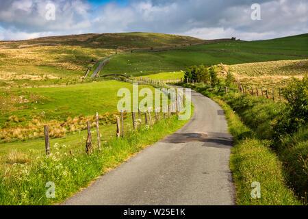 Regno Unito, Cumbria, York, single-track road a Firbank è sceso al di sotto della volpe pulpito su Master Knott Immagini Stock