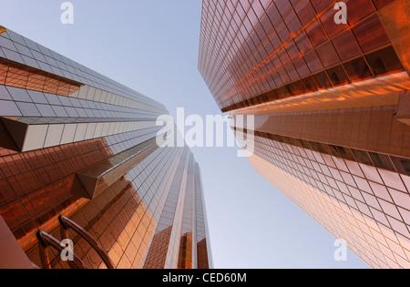 Rame-facciate colorate di torri di uffici, architettura moderna, Sheikh Zayed Road, Al Satwa, Dubai, Emirati Arabi Immagini Stock