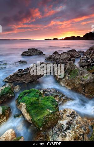 Larrybane sulla costa di Antrim catturata a sunrise. Irlanda del Nord. Immagini Stock