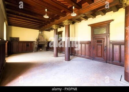 Vista interna di una bella sala in legno in un palazzo abbandonato in Polonia. Immagini Stock