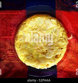 Una frittata di patate di Spagna frittata di patate in un colorato tavolo in Andalusia, Spagna Immagini Stock