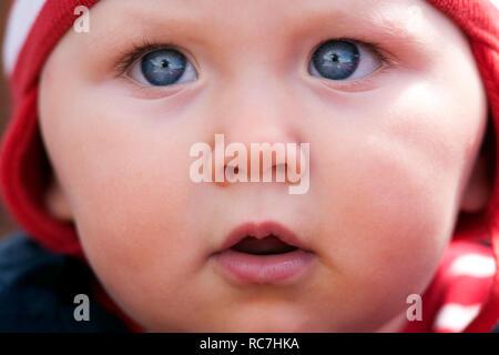 Ritratto di bambina con gli occhi blu Immagini Stock