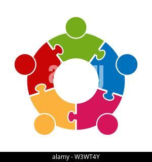Lavoro di squadra logo.Cerchio in forma di un puzzle di cinque parti. Design piatto Immagini Stock