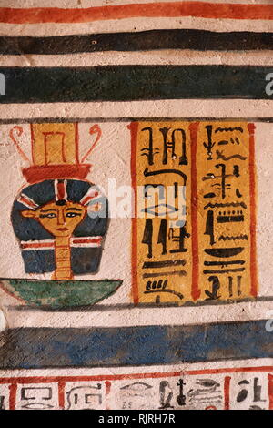 Pittura murale all'interno della tomba tebana di Roy (TT255), nell' Dra Abu el-Naga'. Esso fa parte della necropoli tebana, situato sulla sponda occidentale del Nilo di fronte a Luxor. Il sepolcro è il luogo di sepoltura degli antichi Egiziani ufficiale, Roy, vissuto alla fine del XVIII dinastia, durante il regno del re Horemheb. Roy era uno scriba regale nelle tenute di Horemheb e di Amon. Sua moglie che appare con lui nella tomba dipinti, è denominato Nebtawy, o 'Tawy' Immagini Stock