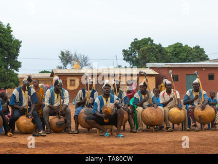 Musicisti africani giocando koras Boloye durante la danza della pantera uomo, Savanes distretto, Waraniene, Costa d'Avorio Immagini Stock