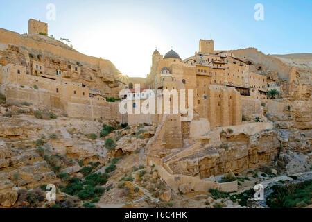 Palestina, West Bank, Governatorato di Betlemme, Al-Ubeidiya. Mar Saba monastero, costruito nella roccia del Kidron nel deserto della Giudea. Immagini Stock