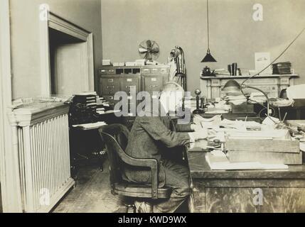 Il Dott. A. B. Adams, testa, Div. della tecnologia dell'Internal Revenue, all'inizio del divieto nel 1920. Immagini Stock