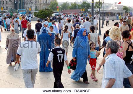 Una trafficata piazza in Istanbul TURCHIA Immagini Stock