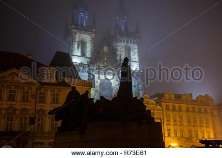 Statue in primo piano, la Chiesa di Nostra Signora di Týn, Piazza della Città Vecchia di Praga, Repubblica Ceca Immagini Stock