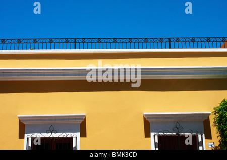Uno del dipinto luminosamente case nel centro di Mazatlan,Messico Immagini Stock