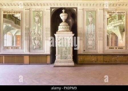 Vista interna della sala da ballo del palazzo abbandonato chiamato Bozkow in Polonia. Immagini Stock