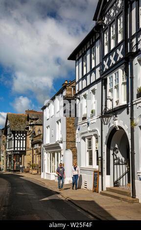 Regno Unito, Cumbria, York, Main Street, giovane oltrepassando Black Bull Inn Hotel Immagini Stock