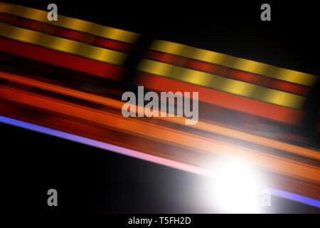 Close-up della vettura di un roller coaster di notte. Immagini Stock