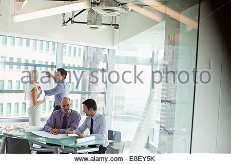 La gente di affari al lavoro in ufficio Immagini Stock