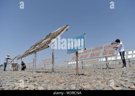 """(190717) -- TURPAN, luglio 17, 2019 (Xinhua) -- ricercatori impostare esperimento i campioni di plastica per essere testato presso il Xinjiang Turpan Ambiente Naturale Experimental Research Center di Turpan, a nord-ovest della Cina di Xinjiang Uygur Regione autonoma, 17 luglio 2019. Conosciuta come """"la terra di fuoco"""" con la sua estremamente caldo e il clima è secco, Turpan nel nord ovest della Cina è diventata una delle scelte migliori per il mondo società automobilistica, materiale i fabbricanti e gli istituti di ricerca che cercano un esperimento terreno per condurre prove ad alta temperatura sui veicoli. Attualmente, oltre 30.000 articoli sono in pessime Immagini Stock"""