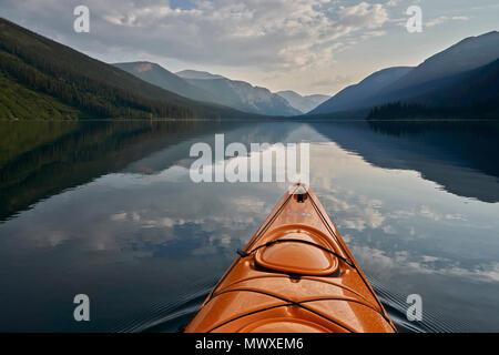 Kayak sul Lago di Cameron, Parco Nazionale dei laghi di Waterton, Alberta, Canada, America del Nord Immagini Stock