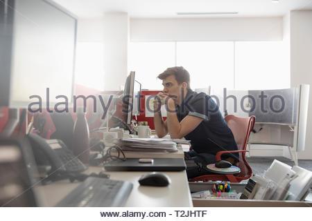 Imprenditore focalizzato lavoro in ufficio Immagini Stock