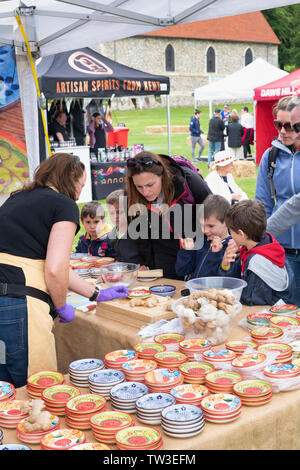 Dimostrazione della ceramica grattugia piastra al Parco Stonor food festival. Stonor, Henley-on-Thames, Oxfordshire, Inghilterra Immagini Stock