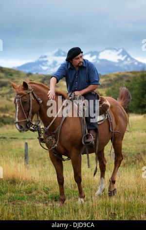 Gaucho seduto sul cavallo pronto per una corsa.Patagonia.Cile Immagini Stock
