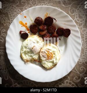 Fritti naturale free range uova e salsiccia tipo chorizo spagnolo in una casa a Prado del Rey, Sierra de Grazalema, Cadice, España Immagini Stock