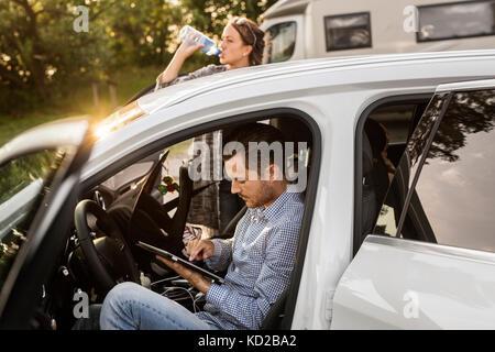 L uomo e la donna in auto Immagini Stock
