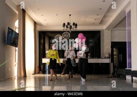 Donne locali in Hotel Magas nel centro di Magas la città capitale della Repubblica di Inguscezia nel Nord Caucaso Distretto federale della Russia. Immagini Stock