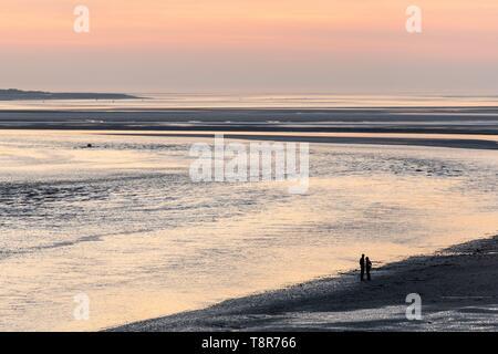 Francia, Somme, Baie de Somme Le Crotoy, camminatori al tramonto dal panorama della baia di Somme Immagini Stock