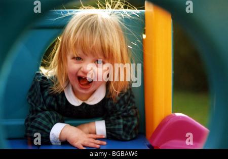 Fotografia della ragazza felici giocando nursery play tempo sorriso sano Immagini Stock