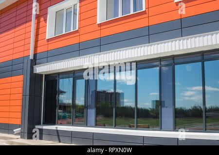Architettura moderna. Casa modernizzato con una facciata di colore arancione Immagini Stock