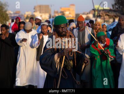 Uomo Sufi con enormi collane durante la celebrazione del venerdì a Sheikh Hamad el Nil tomba, Stato di Khartoum, Omdurman, Sudan Immagini Stock