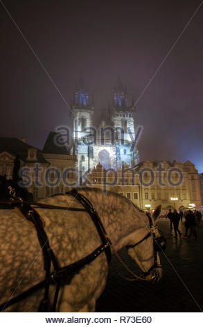 Carrozza a cavalli in primo piano, la Chiesa di Nostra Signora di Týn, Piazza della Città Vecchia di Praga, Repubblica Ceca Immagini Stock