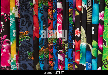 Kapaa Kauai Hawaii il mercato delle pulci con Hawaiian tessuti clorful sarong per la vendita Immagini Stock