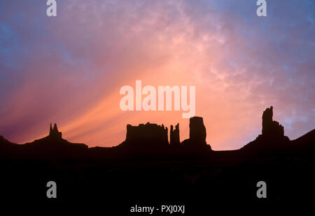 Pre-sunrise in Monument Valley, Arizona. Immagini Stock