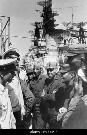 I soldati delle forze armate rivoluzionarie della Repubblica di Cuba parlare alla sovietica di marinai a bordo di Immagini Stock