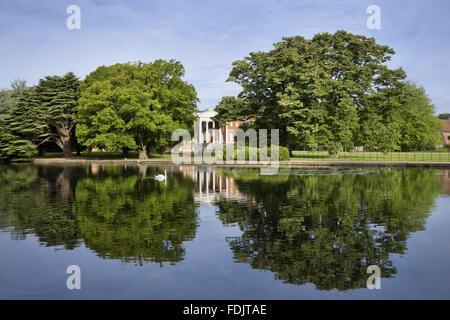 Vista sul lago verso la parte anteriore orientale con il 'trasparente' portico a Osterley, Middlesex. La Immagini Stock