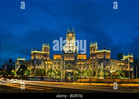 Palazzo delle comunicazioni a Plaza de Cibeles, al crepuscolo, Madrid, Spagna Immagini Stock