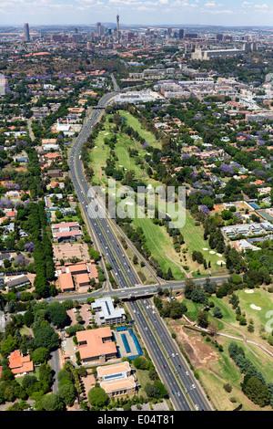 Vista aerea della M1 De Villiers Graaff autostrada è una grande autostrada a Johannesburg, Sud Africa Immagini Stock