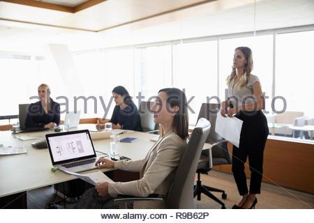 Imprenditrici ascolto in sala conferenza incontro Immagini Stock