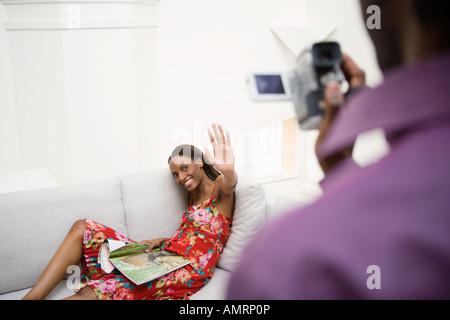 L'uomo africano registrazione video ragazza Immagini Stock
